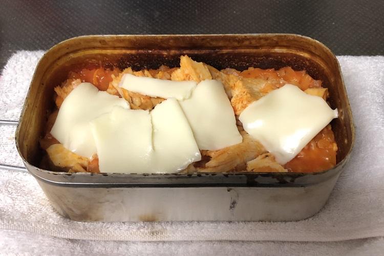 中にチーズを入れてタオルなどでくるみ10分ほど蒸らす