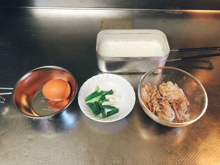 豚バラと長ネギ・合わせダレ・研いだお米1合・卵を準備