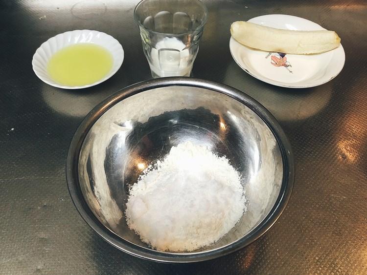 薄力粉・砂糖・ベーキングパウダーを混ぜて袋に入れる